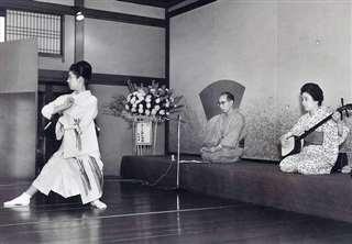 小唄の温習会で踊る(左)=昭和40年、あきたくらぶ