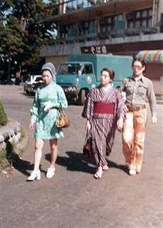勤め先の社員旅行で(中央)=昭和46年、静岡県熱海市