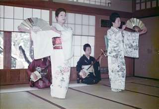 先輩芸者(右)と踊る=昭和48年、あきたくらぶ