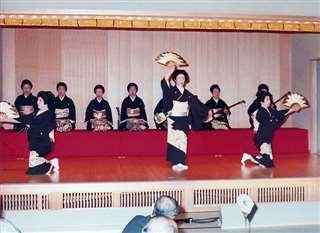 寿美子姉さん(中央)と市子姉さん(右)と「鶴亀」を踊る=昭和57年