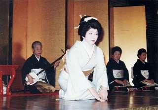 若吉(左)の三味線で踊った名披露免=昭和56年