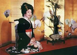 料亭の玄関でお客さんを迎える=昭和49年、河村堅太郎さん撮影