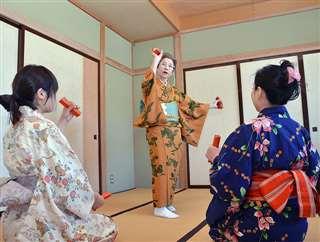 湯乃華芸妓に川反の踊りを指導する(中央)=平成28年3月