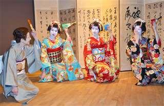 あきた舞妓に「梅は咲いたか」を教える(左端)=今月16日、秋田市のあきた文化産業施設「松下」