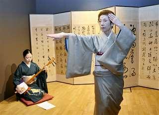 染龍さん(左)の三味線で踊る=今月16日、秋田市のあきた文化産業施設「松下」