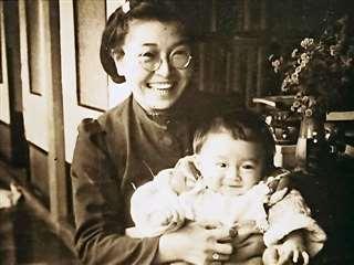 生後6カ月の頃、母アキに抱っこされて