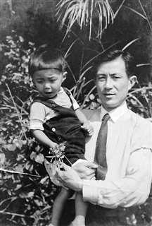 出征前の父と=2歳の頃