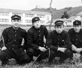 西明寺中学校の校庭で友人たちと(左端)=昭和30年秋