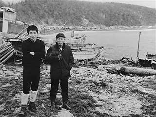 早大時代、知床半島のウトロの漁師(右)と