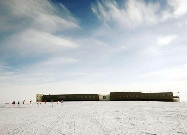 南極点を取り囲む国旗とアムンゼン・スコット基地(1月18日撮影)