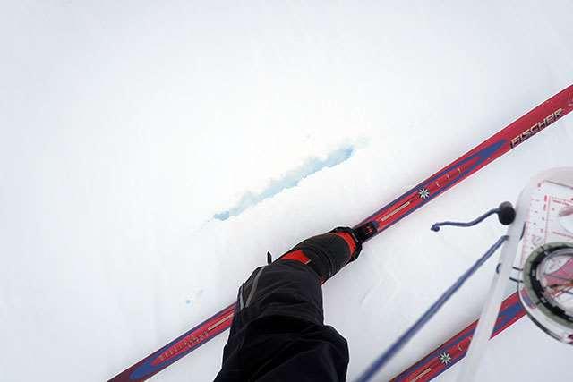 ヒドゥンクレバスを覆う雪は少し青く見える。割れ目に沿って踏み抜かないよう、細心の注意を払って歩く(1月3日撮影)