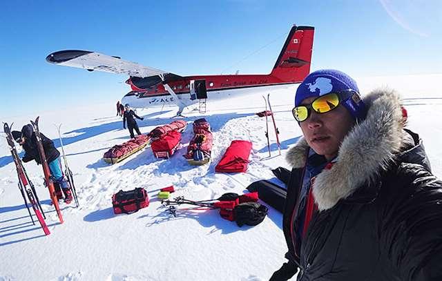 ベースキャンプから単独徒歩の出発点へ向かう特別飛行機と筆者。今回の冒険で最も金がかかったのが飛行機のチャーター代だった(2018年11月23日撮影)