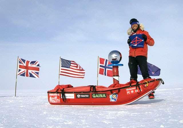 南極点で白瀬南極探検隊の旗を胸に掲げる筆者(1月18日撮影)