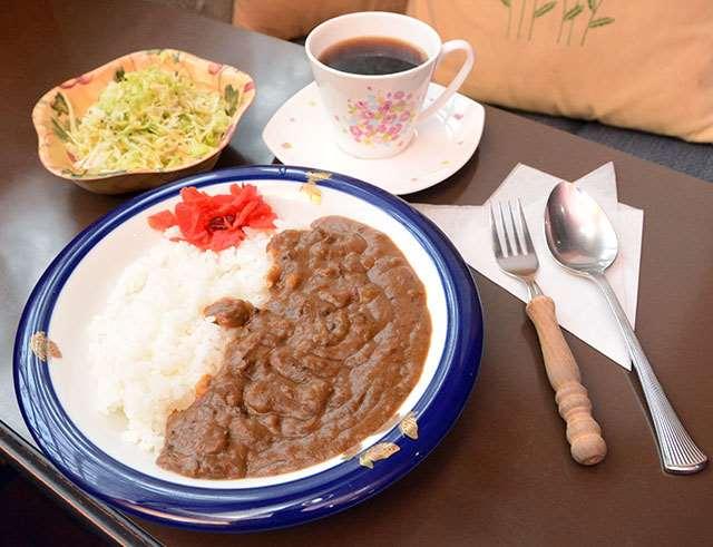 タマネギの甘みが優しいビーフカレー。コーヒーと合わせて味わう客も多いという