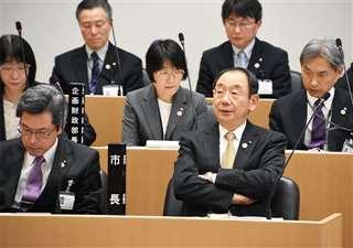 秋田市議会の本会議に臨む穂積市長=2月27日