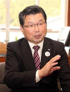 昨年11月、秋田魁新報の取材に答える花田町長=阿武町役場