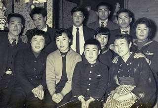 高校の同窓会(後列左から3人目)。後列右から2人目が土崎先生