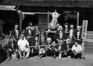 八幡神社の祭りに参加(後列右端)