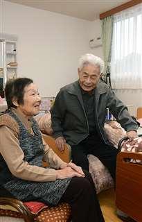 同じホームで暮らす勇一さん(右)と妻の幸さん。長年過ごしたわが家は、そのまま残してある