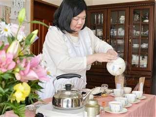 カップ一つ一つに丁寧に紅茶を注ぐ伏見さん
