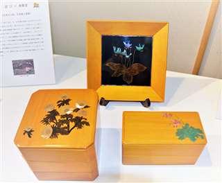 能代春慶塗と蒔絵・螺鈿の融合を目指し試作した3点。上から時計回りに飾り盆、2段弁当箱、3段重箱