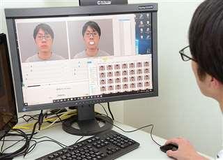 唇の形状の変化を分析する学生