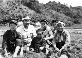 農作業の手伝い(後列右から2人目)=昭和20年代