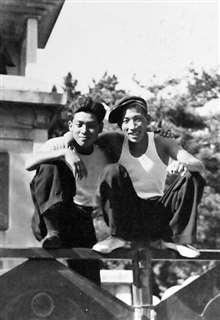 新聞配達に誘ってくれた友人(右)と=昭和30年、秋田市の千秋公園