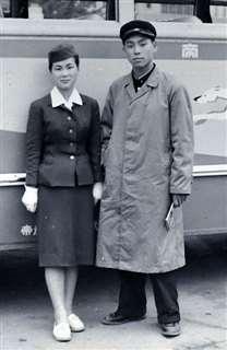 高校の修学旅行で美人バスガイドと=昭和32年、大阪駅前