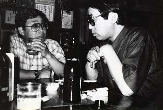 かっぺいさん(右)とグイっと一杯=昭和62年夏、青森市