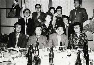 文芸仲間と懇親会(前列右から2人目)。左隣が成田先生