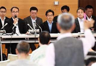 住民説明会で配備計画について説明する五味戦略企画課長(左から2人目)ら防衛省関係者=6月8日、秋田市の勝平地区コミュニティセンター