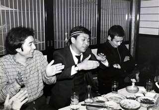友川さん(左)の出身地・八竜町(当時)で宴会(中央)