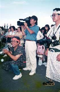 「ホッとなるあきた」で西木村(当時)を取材(手前左)