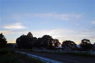 かつて矢立中学校もあった大館市白沢の高台を見上げる。現在は矢立小学校だけがある