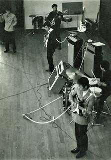 文化祭1日限りのバンドでドラムをたたいた(右端)=昭和42(1967)年、東奥義塾高