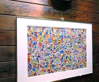 経営するジャズ喫茶の壁に飾っている私の絵の最新作「パリ」。周りにはミュージシャンたちのサイン