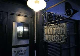 「ミントンハウス」出入り口に掲げている手彫りの看板は3代目