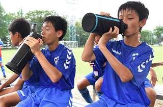 水分を補給するサッカー部の中学生(秋田市)