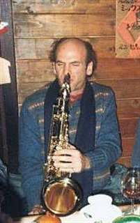 出演した大館公演の打ち上げでサックスを吹くデイブ・リーブマン=昭和58年