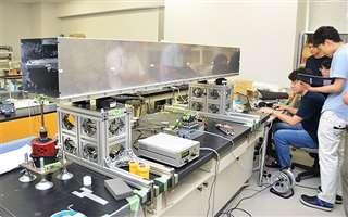 鉄道車体の10分の1サイズのステンレス製実験装置。加振器から振動を与え、いろいろな箇所の揺れを測定する=由利本荘市の県立大