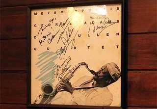 ジョージ・アダムスらのサインが入った額。ミントンハウスの壁に飾っている