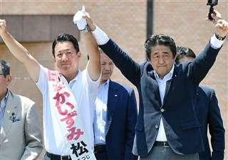 参院選の街頭演説で、中泉氏と共に両手を挙げる安倍首相=7月20日、秋田市中通