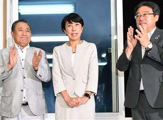 参院選で当選が確実となり、関係者に祝福される寺田氏(中央)=7月21日、秋田市御野場の選挙事務所