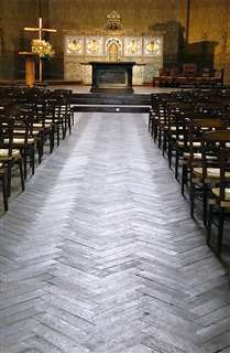 たまたま入ったパリの小さな教会。木材の床が印象的で写真に収めた