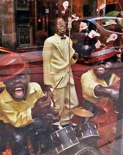 パリの街角のショーウインドーで見掛けたジャズの人形