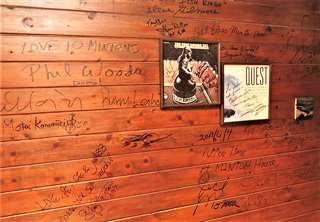 ミュージシャンのサインで埋まるミントンハウスの壁