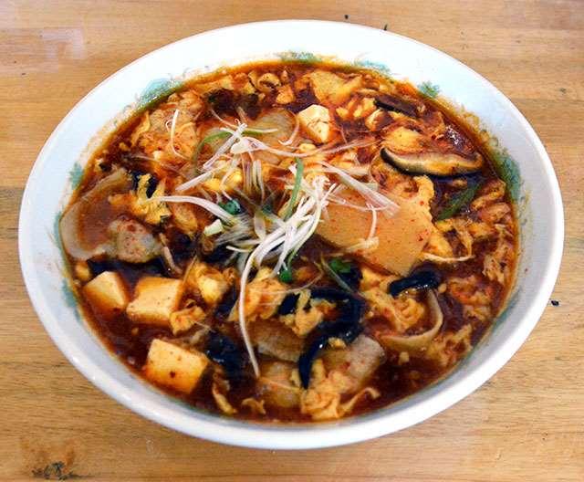 こくのあるスープが特徴の酸辣湯麺