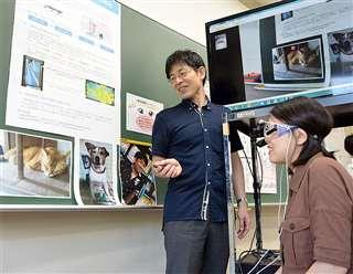 眼球追跡の仕組みを説明する中野さん(中央)