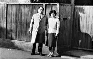 泊まった翌朝、記念に金子先生夫妻を撮影。緊張していたのかややピンぼけ=昭和38年